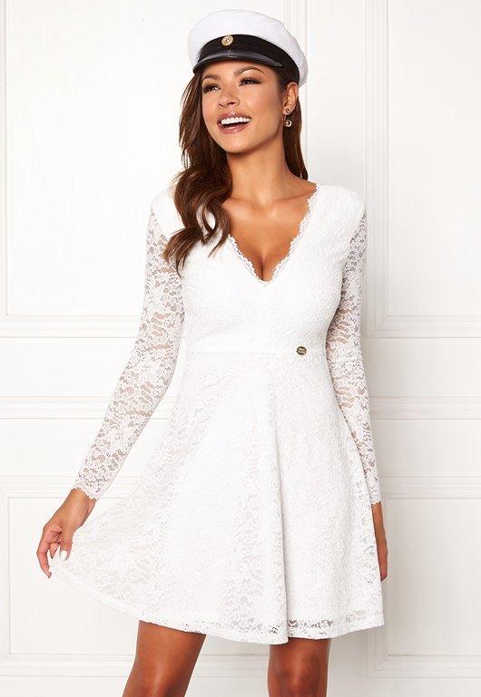 vit långärmad spetsklänning