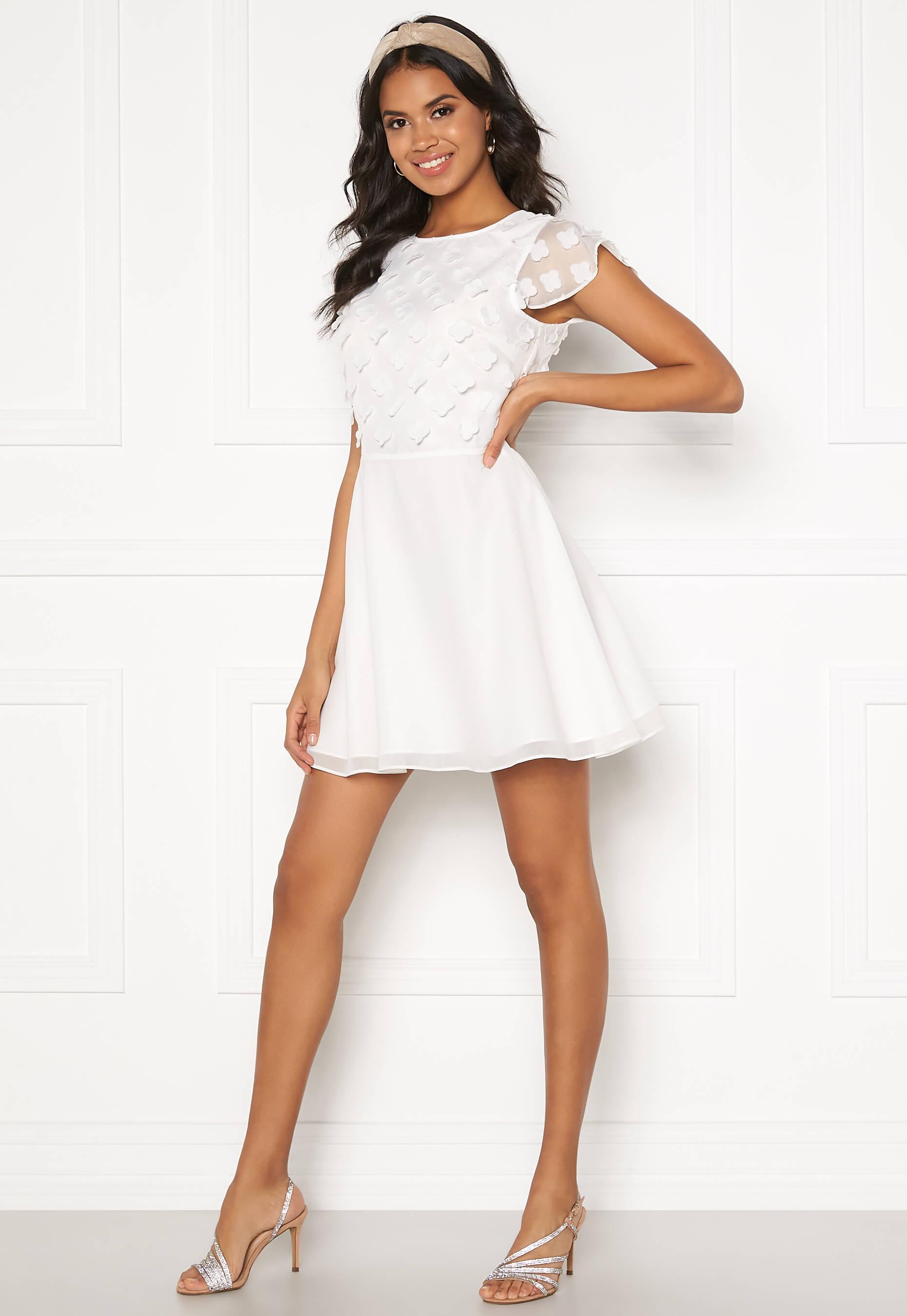 Fin vit miniklänning som passar till studenten