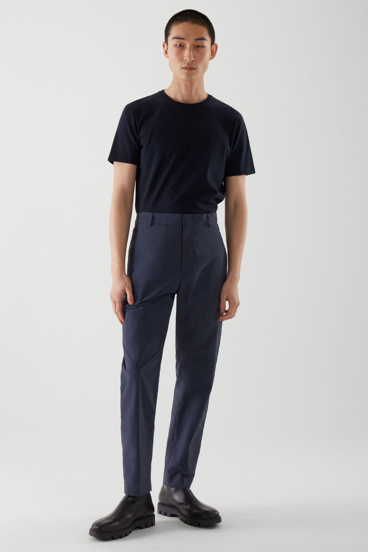 Mörkblåa kostymbyxor för herr 2021